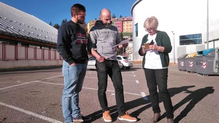 Fran Aísa (en el centro), María Elena Betés y Miguel Ara, concejales del PAR en el Ayuntamiento de Jaca, proponen hielo sintético para la pista. (FOTO: PAR Jaca)