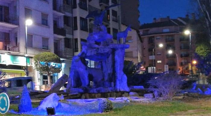 Sabiñánigo se viste de azul para visibilizar su compromiso con la infancia. (FOTO: Ayuntamiento de Sabiñánigo)
