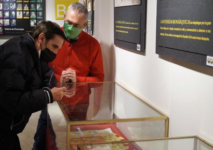 El historiador Valentín Mairal, junto al alcalde de Jaca, Juan Manuel Ramón, en la exposición La Sublevación. (FOTO: Rebeca Ruiz)