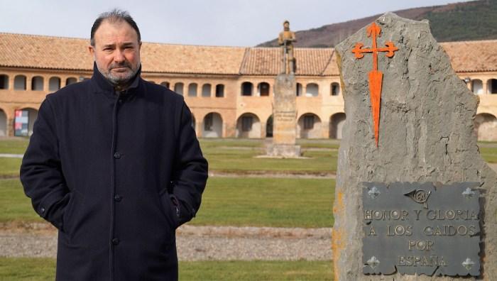 El coronel Francisco Rubio Damián, experto en Seguridad Global y Defensa y especialista en inteligencia artificial en el ámbito de la Defensa, en el Patio de Armas de la Ciudadela de Jaca. (FOTO: Rebeca Ruiz)
