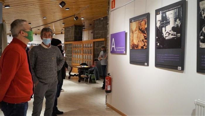 El alcalde de Jaca, Juan Manuel Ramón, contempla la exposición junto a Javier López Hijós (Círculo Republicano de Jaca)