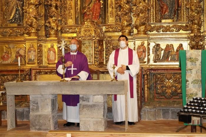 El obispo de Jaca y el párroco de Villarreal, hoy, en la Iglesia del Salvador. (FOTO: Rebeca Ruiz)
