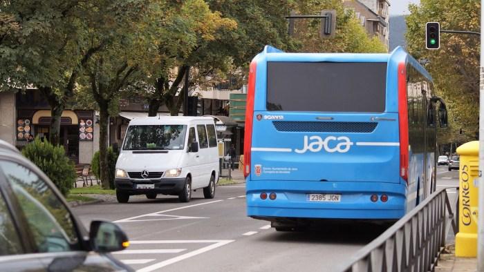 Imagen del autobús urbano de Jaca, donde se va a impulsar la instalación de una hidrogenera verde. (FOTO: Rebeca Ruiz)