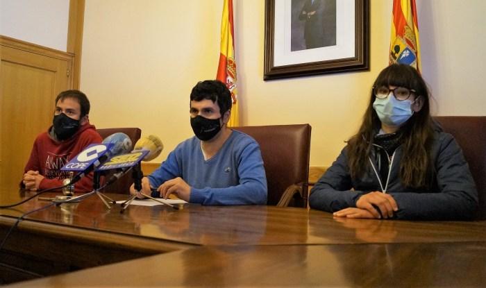 De izda. a dcha., Álex Varela (director de la carrera), Fernando Sánchez (alcalde de Canfranc) e Inés Veintemilla (concejala de Deportes). (FOTO: Rebeca Ruiz)