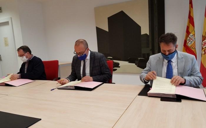 Un momento de la firma de cesión de los derechos sobre las unidades didácticas sobre el legado judío. (FOTO: Gobierno de Aragón)