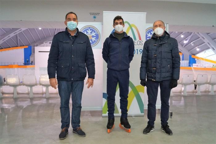 De izquierda a derecha, Domingo Poveda, concejal de Deportes; Javier Fernández; y Nicolás Vicente, vicepresidente de Hielo de la Federación Aragonesa de Deportes de Invierno. (FOTO: Rebeca Ruiz)