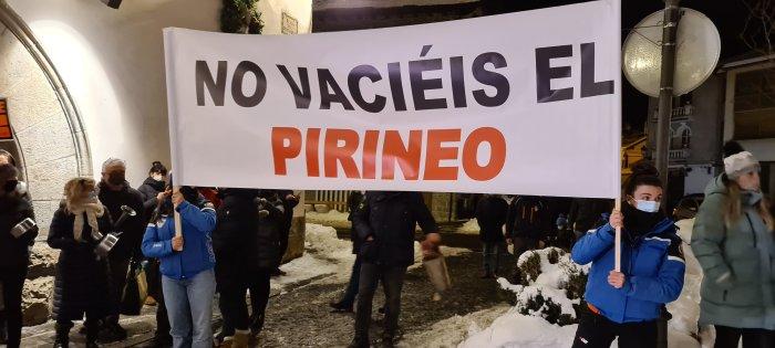 ¿Y los alcaldes? Por Jesús Gericó, alcalde de Sallent de Gállego. Imagen de la cacerolada de Biescas. (FOTO: Rebeca Ruiz)