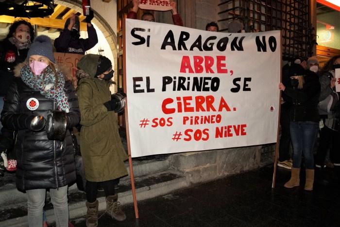 Protestas en Jaca por las restricciones de movilidad y para pedir un rescate para los valles pirenaicos. FOTO: Rebeca Ruiz