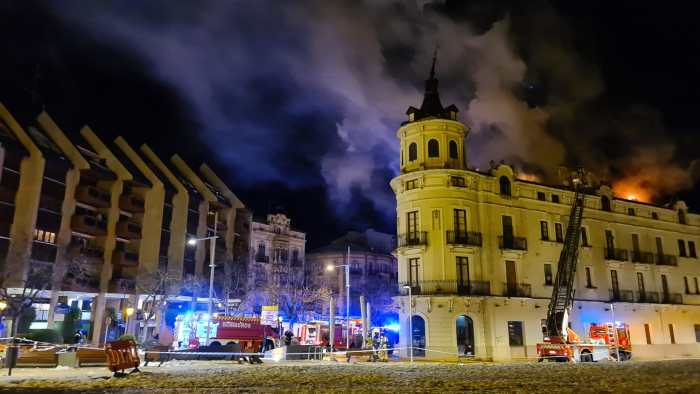 Arde Casa La Rubia, emblemático edificio modernista de Jaca. (FOTO: Rebeca Ruiz)