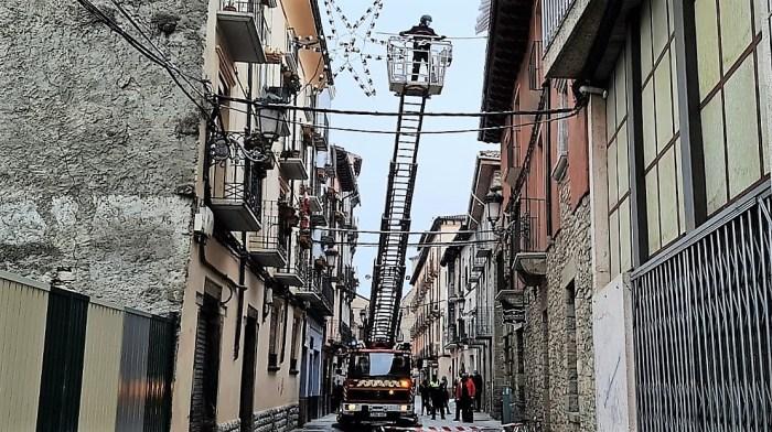 Los Bomberos de Jaca retiraban la nieve congelada que se podía desprender de los tejados en distintos puntos de la ciudad. (FOTO: Rebeca Ruiz)