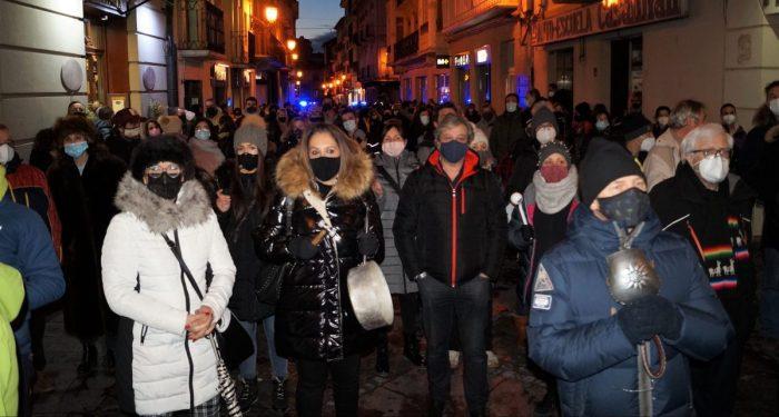 SOSPirineo toma la Calle Mayor de Jaca en una multitudinaria cacerolada. FOTO: Rebeca Ruiz