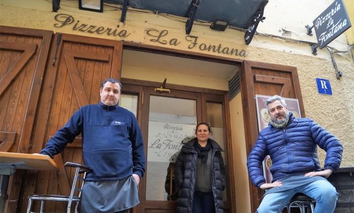 De izquierda a derecha, Agustín Coarasa, María Inés Rossi y Lucas Coarasa, responsables de La Fontana de Jaca. (FOTO: Rebeca Ruiz)