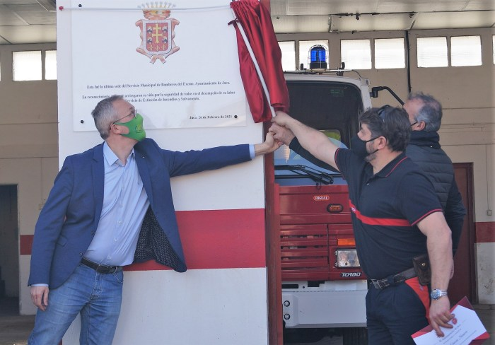 Los jefes de equipo Jesús García y Miguel Ángel Ruiz han descubierto la placa del Ayuntamiento de Jaca. (FOTO: Rebeca Ruiz)