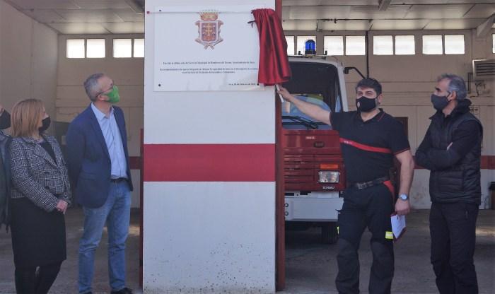 Los jefes de equipo Jesús García y Miguel Ángel Ruiz han descubierto la placa homenaje del Ayuntamiento de Jaca. (FOTO: Rebeca Ruiz)