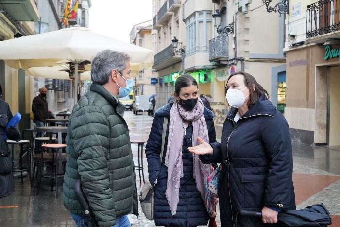 Los representantes de Ciudadanos han recorrido la Calle Mayor de Jaca y se han reunido con Acomseja y la Asociación Turística del Valle del Aragón. (FOTO: Rebeca Ruiz)
