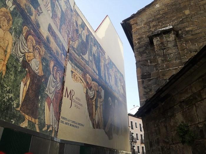 Jaca hace un guiño a la historia y al patrimonio y saca a la calle el Camino de Santiago y el MDJ. Mural del Museo Diocesano de Jaca. (FOTO: Javier del Pueyo)