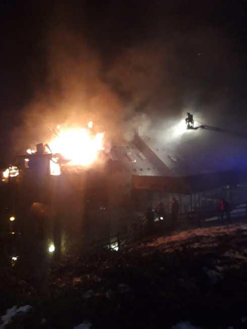 Un aparatoso incendio calcina dos apartamentos en Sallent de Gállego. (FOTO: DPH)