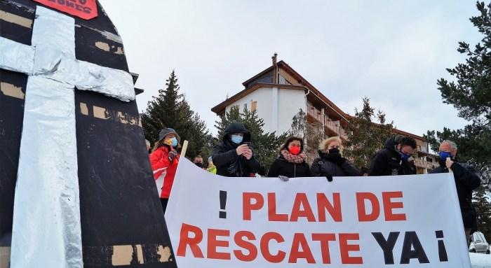El Valle de Tena y la Tierra de Biescas piden información veraz sobre el Plan Remonta. En la imagen, los alcaldes, en la manifestación de #SOSPirineoAragones celebrada en Formigal. (FOTO: Rebeca Ruiz)