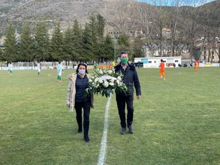 La alcaldesa de Biescas y el presidente de la UD Biescas han depositado una corona de flores en la grada, en recuerdo de los fallecidos por el COVID.