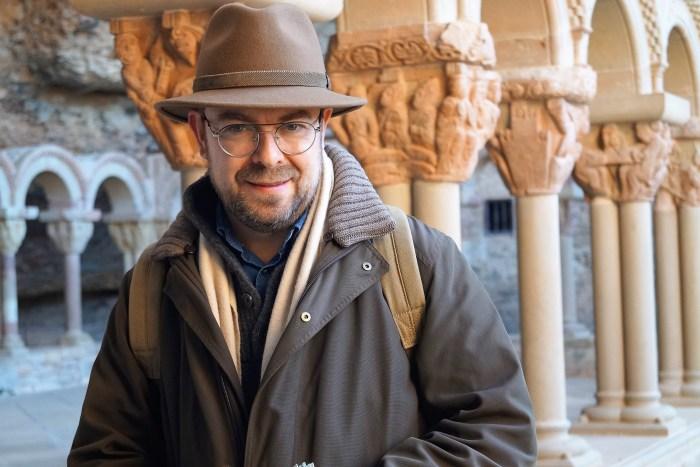 Javier Sierra rueda en La Jacetania la nueva entrega de su serie Otros Mundos para Movistar+. Este miércoles, durante el rodaje en San Juan de la Peña. (FOTO: Rebeca Ruiz)