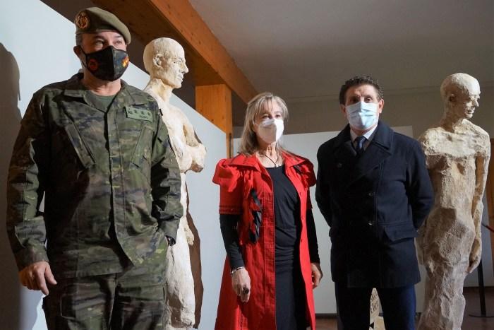 Rubio, Gómez y Salillas, junto a una obra de las expuestas en la Ciudadela de Jaca. Inauguración de la exposición sobre el Santo Grial. (FOTO: Rebeca Ruiz)
