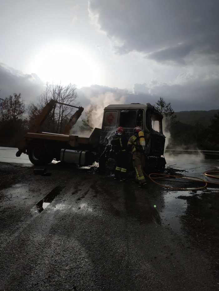 Un aparatoso incendio calcina un camión en la N-330, en Sabiñánigo