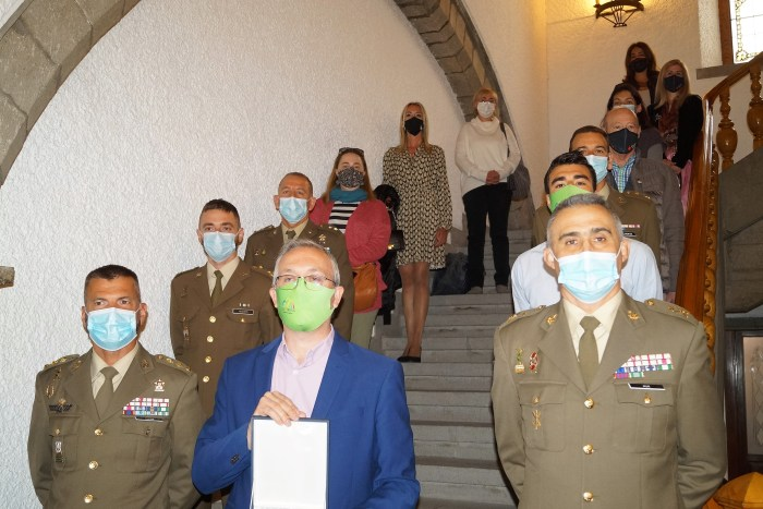La Brigada Aragón agradece a la ciudad de Jaca su apoyo antes de partir al Líbano en misión de paz. En la imagen, foto de familia de los participantes en el acto celebrado en el Ayuntamiento jaqués. (FOTO: Rebeca Ruiz)