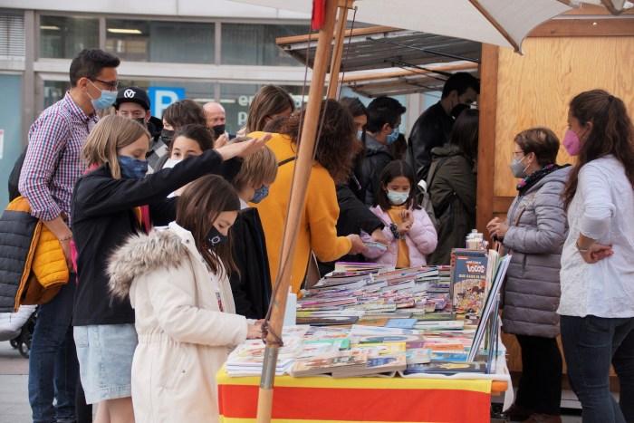 Libros, sol y mucha gente en Jaca en el Día de Aragón. (FOTO: Rebeca Ruiz)