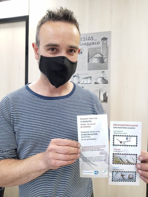 Francisco Campillo, consejero comarcal de Política Lingüística, con el folleto que intenta concienciar de la necesidad de conservar y proteger los nidos de las golondrinas. (FOTO: Comarca Alto Gállego)