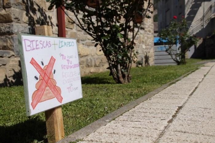 Los más jóvenes de Biescas convencen y la campaña sobre los perros y los parques es un éxito. Uno de los carteles colocados. (FOTO: Rebeca Ruiz)