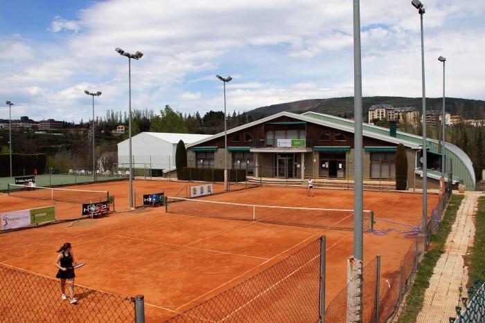 Pyrene Tennis Camp: deporte, idiomas y naturaleza en una propuesta pionera en Jaca. En la imagen, las instalaciones de Pyrene Sport, escenario de la iniciativa. (FOTO: Rebeca Ruiz)