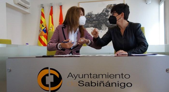 Más de 800.000 € para el Centro de Servicios Sociales del Alto Gállego, a punto de abrir sus puertas. Berta Fernández y Lourdes Arruebo, durante la firma del convenio de cesión de uso del edificio. (FOTO: Rebeca Ruiz)