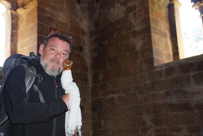 Tras los pasos de Fran Contreras por la Jacetania mágica del Camino de Santiago. En la cámara secreta de la Iglesia de Santa María de Santa Cruz de la Serós. (FOTO: Rebeca Ruiz)