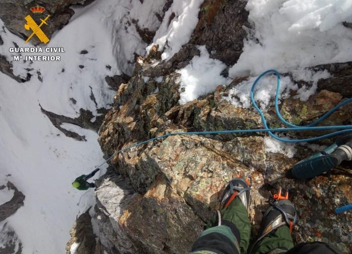 Rescate de un alpinista y su perro en el Pico Infiernos. (FOTO: Guardia Civil)