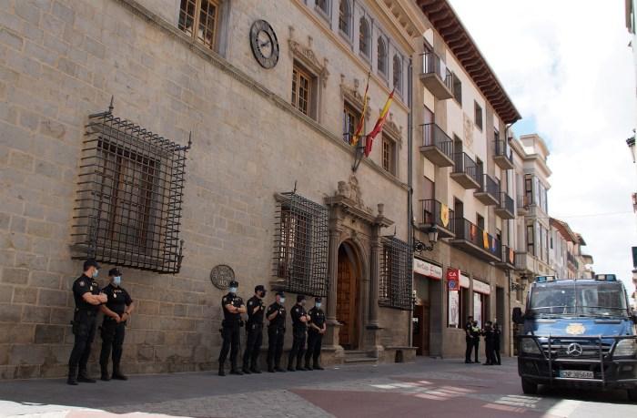 Emoción contenida, orgullo jaqués y resignación en Jaca en el Primer Viernes de Mayo. La puerta del Ayuntamiento, en el momento del himno. (FOTO: Rebeca Ruiz)