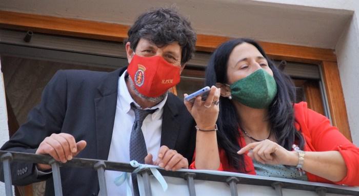 Emoción contenida, orgullo jaqués y resignación en Jaca en el Primer Viernes de Mayo. El Conde Aznar (Miguel Carasol), cantando el Himno desde un balcón en la Calle Mayor. (FOTO: Rebeca Ruiz)