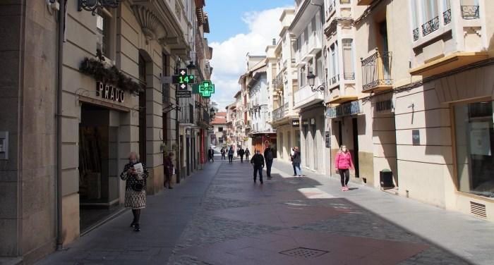 Cáritas Jaca recupera los paseos solidarios para ayudar a las familias que necesitan alimentos. Calle Mayor de Jaca (FOTO: Rebeca Ruiz)