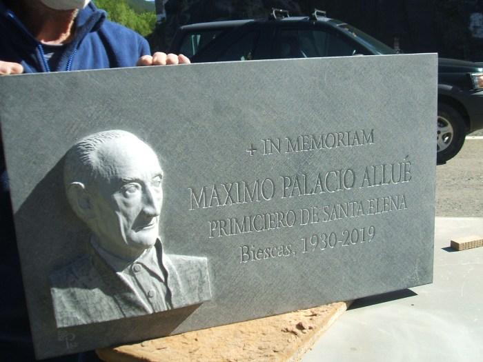 La lápida muestra un busto con el retrato de Máximo Palacio en alto relieve y la leyenda In memoriam. Máximo Palacio Allué, primiciero de Santa Elena. Biescas, 1930-2019. (FOTO: Ricardo Mur)