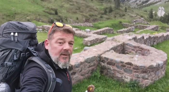 Tras los pasos de Fran Contreras por la Jacetania mágica del Camino de Santiago. En las ruinas del Hospital de Santa Cristina. (IMAGEN: FB de Fran Contreras)