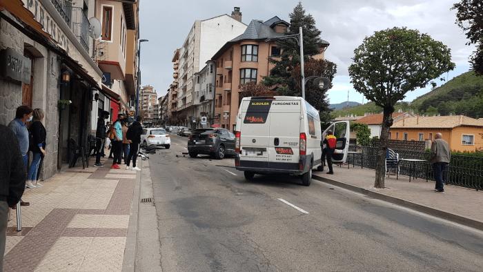 La Policía Local de Sabiñánigo busca testigos de un accidente con tres vehículos implicados.