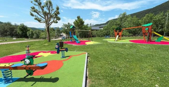 La zona deportiva de Villanúa estrena mejoras en el parque, las pistas y la piscina municipal
