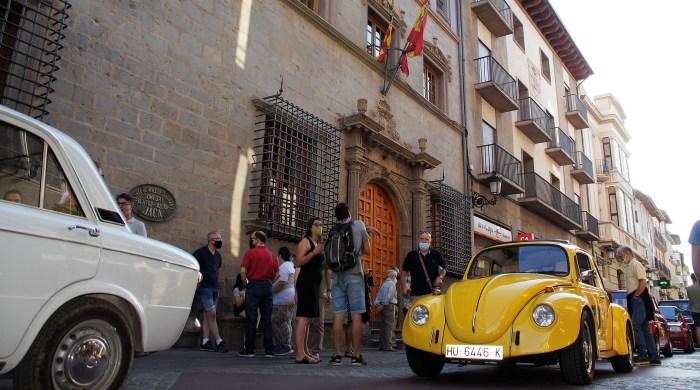 Los coches históricos del Jacetania's Classic Cars animan la Calle Mayor de Jaca por San Cristóbal. (FOTO: Rebeca Ruiz)