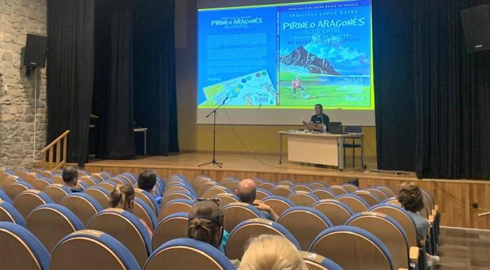 Las infinitas posibilidades de la BTT, en la Semana Cultural de Biescas. En la imagen, la charla de Francisco López Saura que abría el programa. (FOTO: Marta Luis)