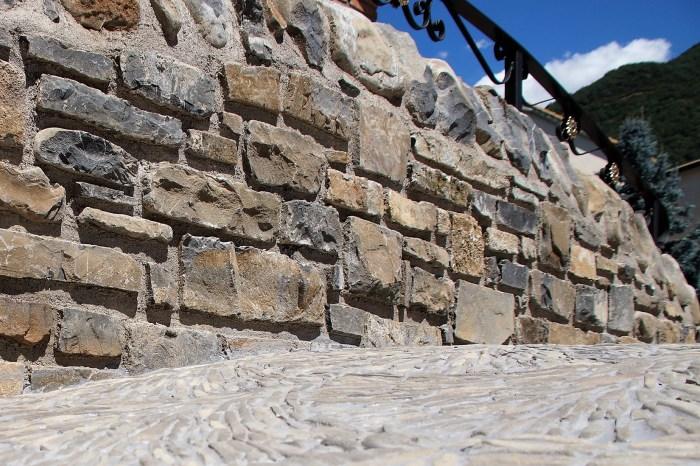 Detalle del suelo del puente, realizado en piedra. (FOTO: Rebeca Ruiz)
