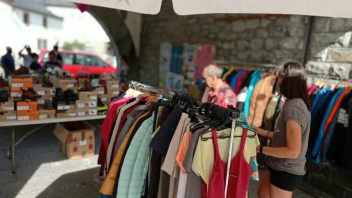 Taller de vermut y feria del comercio nocturna, en la agenda de los empresarios del Alto Gállego. En la imagen, de archivo, la primera feria del comercio nocturna, que se celebró en Biescas (FOTO: AEPAG)