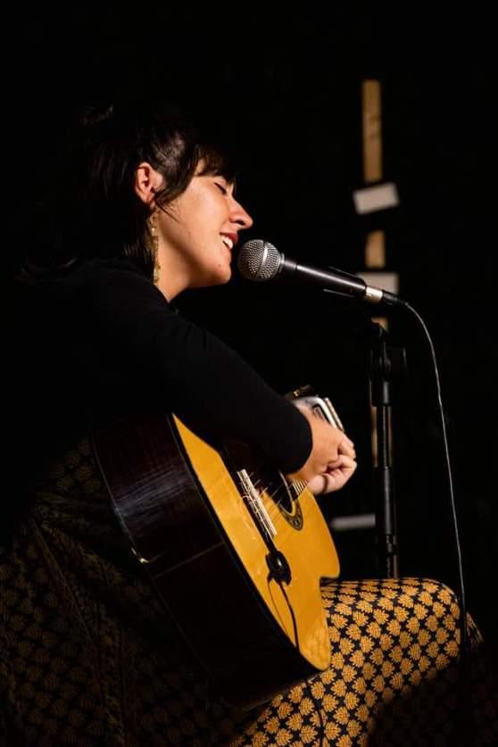 La joven cantautora jacetana Emma Sánchez publica Pandora, su primer álbum.