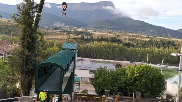 Continúa la instalación del elevador que unirá las avenidas Perimetral y Oroel en Jaca. (FOTO: Tere Castán)