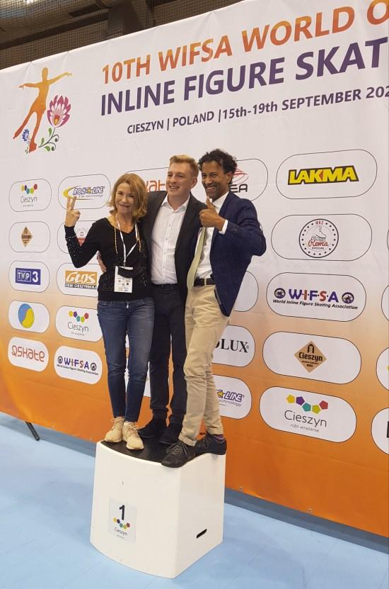 Elisabet Martin-Mora, acompañada de Jan Mòsciki presidente del comite organizador y Fernand Fedronic presidente de la WIFSA.