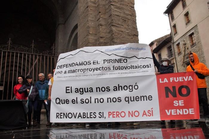 Las plataformas contra la instalación de macroplantas solares se movilizan en Jaca. (FOTO: Rebeca Ruiz)