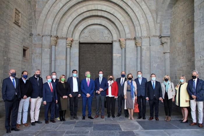 Empresarios y autoridades, en la entrada de la Catedral de Jaca, junto a Antonio Garamendi. (FOTO: Rebeca Ruiz)